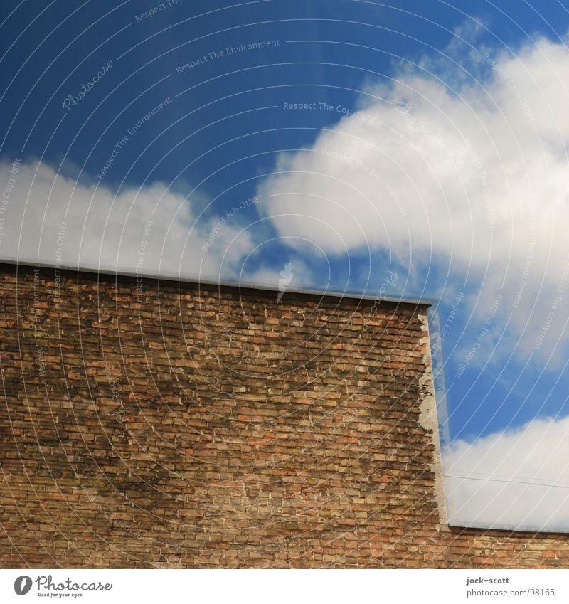 Scheiben Kleister Wolken Sommer Schönes Wetter Gebäude Fassade Glas Backstein eckig oben trist Wärme Stimmung Einsamkeit Nervosität Surrealismus Vergangenheit