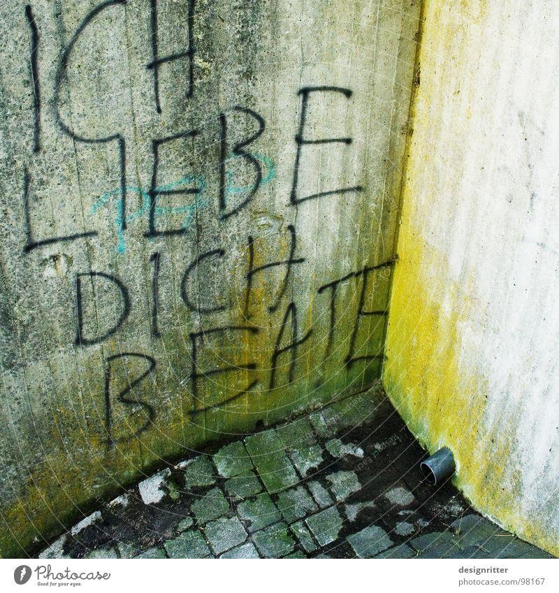 Wo die Liebe hinfällt ... Wand Gefühle Stein Traurigkeit Graffiti Beton Ecke Sehnsucht Werbung Leidenschaft verstecken Partnerschaft Abfluss Redewendung Post