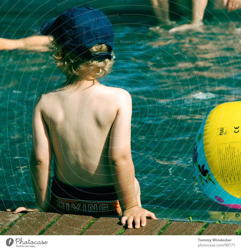 Warten, auf die perfekte Welle Mensch Kind blau Wasser Ferien & Urlaub & Reisen Sommer Strand Freude kalt Wärme Spielen Junge Schwimmen & Baden blond Kindheit Angst