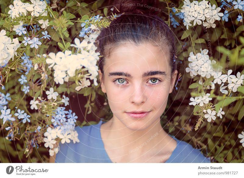 Blumiges Porträt Mensch Kind Natur Jugendliche Pflanze schön Sommer Erholung Blume Gesicht feminin Frühling natürlich Stil Glück Gesundheit