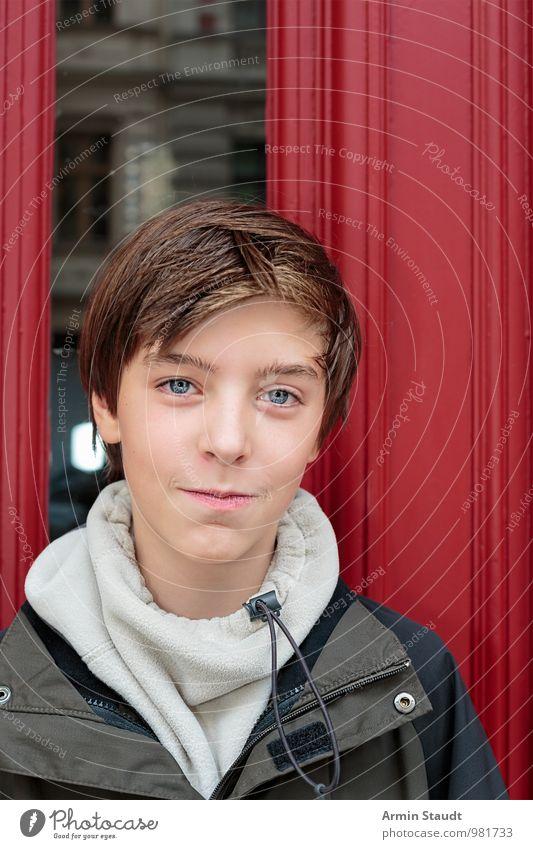 Porträt - Tür - Rot Lifestyle Stil schön Zufriedenheit Mensch maskulin Jugendliche Gesicht 1 13-18 Jahre Kind Fenster authentisch Freundlichkeit listig positiv