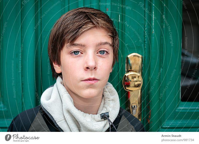 Porträt vor Tür Lifestyle schön Mensch maskulin Jugendliche Kopf 1 13-18 Jahre Kind Herbst Winter Fenster Schal brünett Lächeln authentisch Freundlichkeit