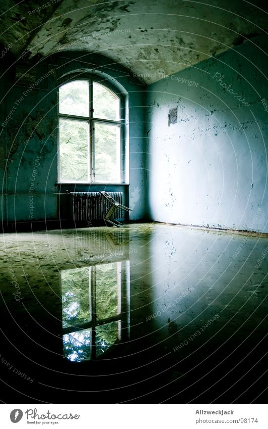 spiegelblank dreckig fluten Wasserschaden Spiegel Reflexion & Spiegelung Wetter Hochwasser glänzend Fenster Fensterkreuz Licht Lichteinfall Einsamkeit trist