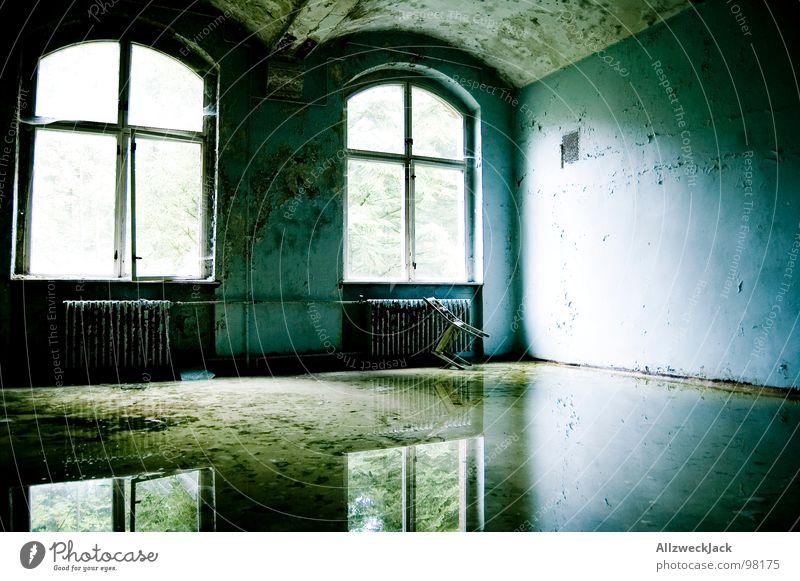 spiegelblank 2 dreckig fluten Wasserschaden Spiegel Reflexion & Spiegelung Wetter Hochwasser glänzend Fenster Fensterkreuz Licht Lichteinfall Einsamkeit trist