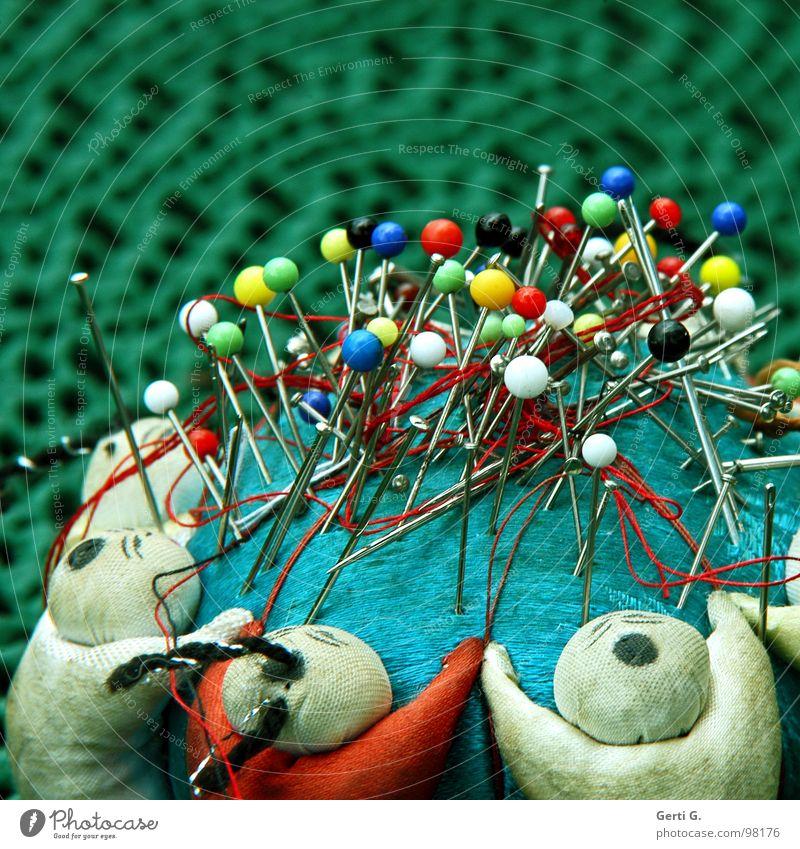 needles and pins weiß grün blau rot gelb verrückt mehrere Spitze Konzentration Handwerk viele durcheinander Nähgarn Nadel Nähen