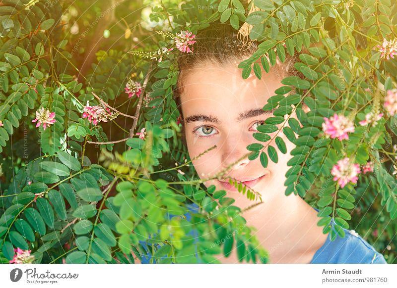 Lächeln - Busch Mensch Kind Natur Jugendliche Pflanze schön Sommer Erholung ruhig Gesicht Auge Leben feminin Blüte Stil Glück