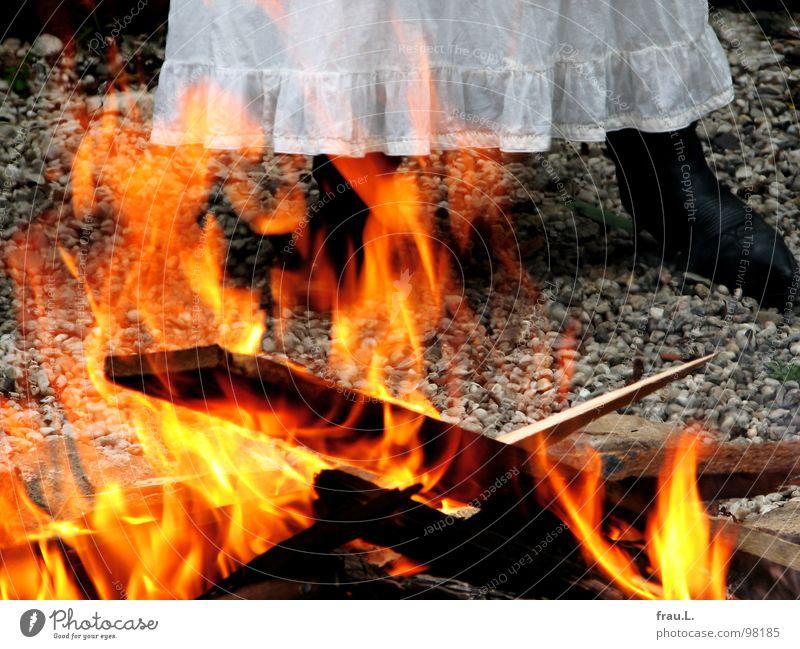 Feuer Frau weiß Holz träumen Kunst Brand Feuer Kultur heiß Teile u. Stücke brennen Stiefel Holzbrett Flamme Kies Märchen