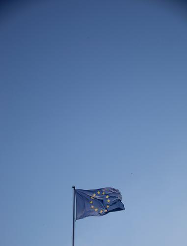 Blaue Fahne auf blauen Grund Europa Stern (Symbol) Schönes Wetter Zeichen historisch Zusammenhalt Wolkenloser Himmel Politik & Staat Eurozeichen Bündnis