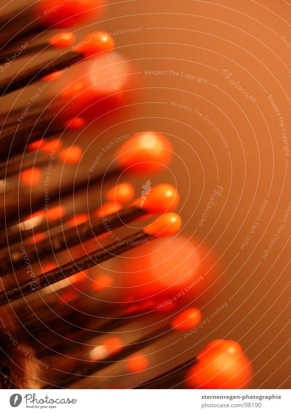 rote köpfe Rätsel Unschärfe schwarz Haarbürste Streichholz Bad Makroaufnahme Nahaufnahme rätselbild Haare & Frisuren Kamm Haarpflege Bilderrätsel