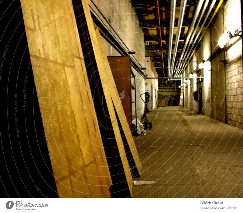 Sackgasse Fabrik Industriegelände dunkel Holz Stahl Spinnerei Tuchfabrik Mauer Keller Holzmehl Hallengang Lagerhalle alt Wege & Pfade Schatten Ausbau Factory
