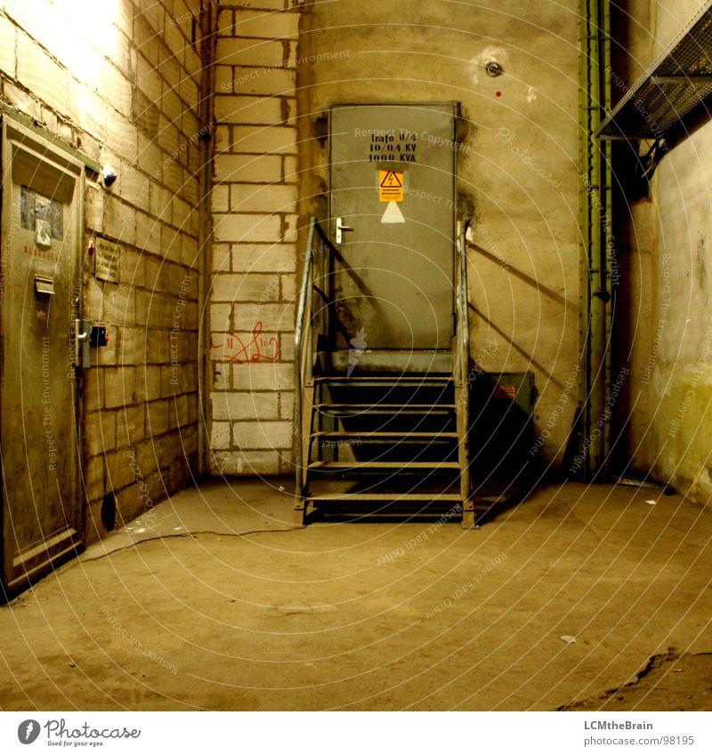 Spannungsraum alt Tür Industrie Treppe Elektrizität Industriefotografie Fabrik Stahl Lagerhalle Keller Fabrikhalle baufällig Spinnerei Tuchfabrik