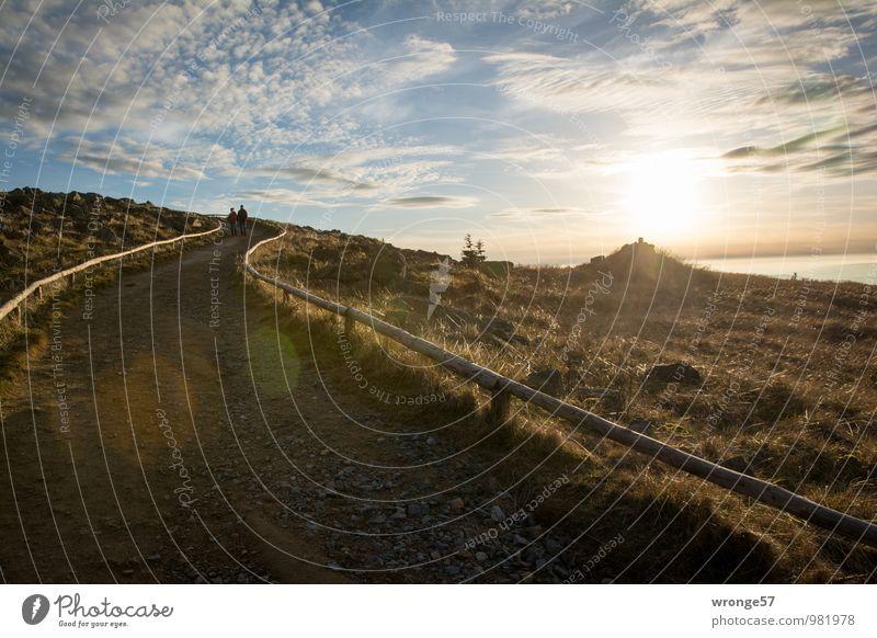 Wanderers Ziel Himmel blau Sonne Landschaft Wolken Berge u. Gebirge Herbst Gras grau braun Horizont Erde wandern Gipfel Fußweg Harz