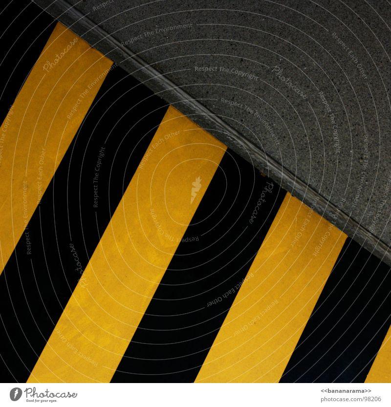 Tote Tigerente schwarz gelb Barriere Beton Blech Geometrie Muster einfach Industrie Tod Schilder & Markierungen Warnhinweis Respekt Metall