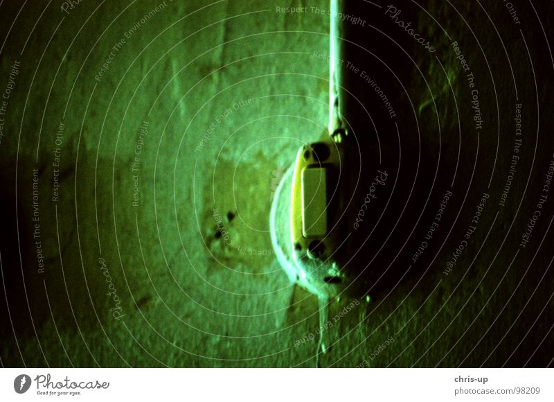 Mach das Licht an, Baby! alt grün Farbe dunkel Wand Umwelt Lampe Angst Raum Wohnung Nase Energiewirtschaft Elektrizität Kabel Industrie Technik & Technologie
