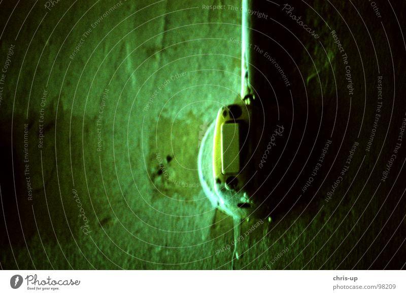 Mach das Licht an, Baby! Lichtschalter Schalter Elektrizität Lampe Wand grün Schraube Steckdose dunkel aktivieren gruselig Horrorfilm Schrecken Peru Südamerika