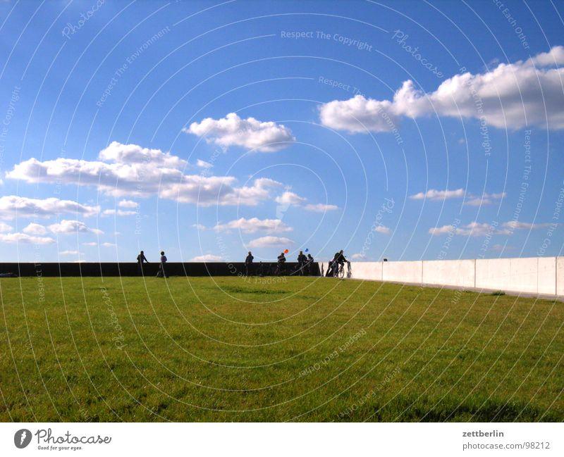 Sommer Mensch Sommer Ferien & Urlaub & Reisen Wolken Berlin Wiese Wand Gras Garten Mauer Park Rasen Pause Geländer Am Rand Besucher