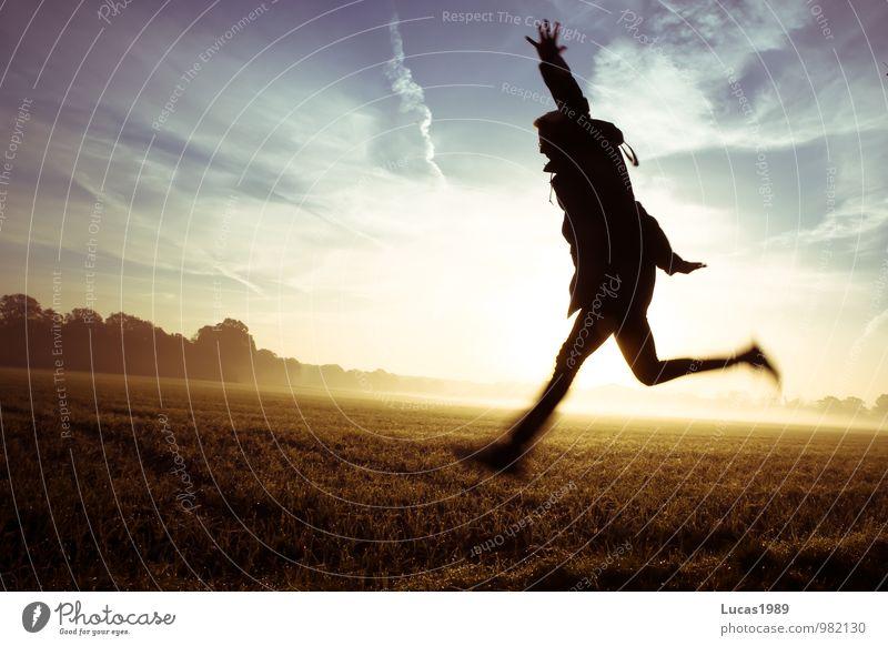 Foggy Field Jump Mensch Jugendliche Mann blau Junger Mann 18-30 Jahre schwarz Erwachsene gelb Glück Gesundheit springen maskulin orange Feld Nebel