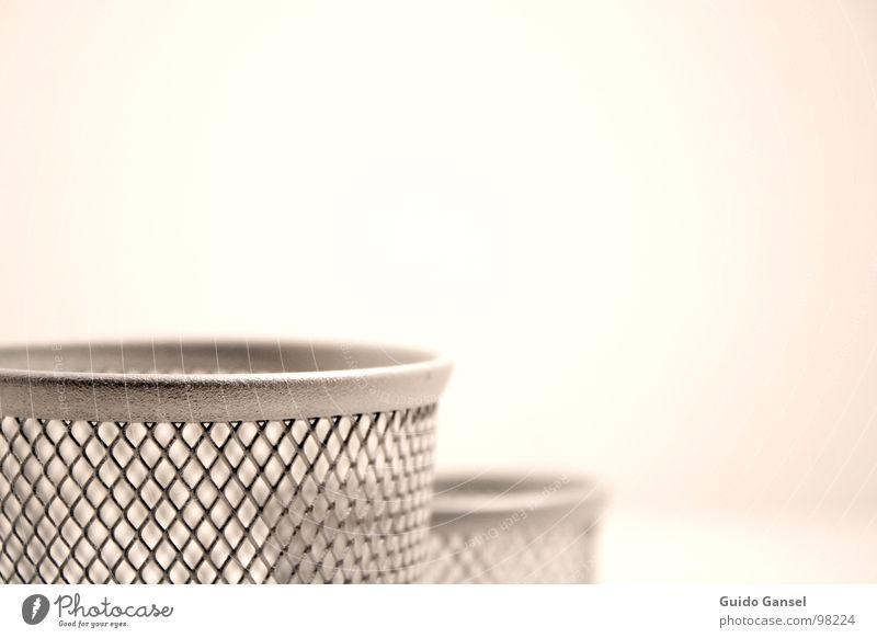 Zwei leere Alu-Stiftbecher Becher Papierkorb Aluminium IKEA Nahaufnahme Crom Metall