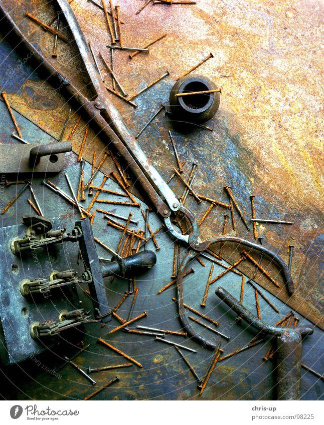 Schrott im Studio alt Holz PKW braun Metall dreckig Industrie Elektrizität kaputt Feder Müll Kugel verfallen Handwerk Rost Stillleben