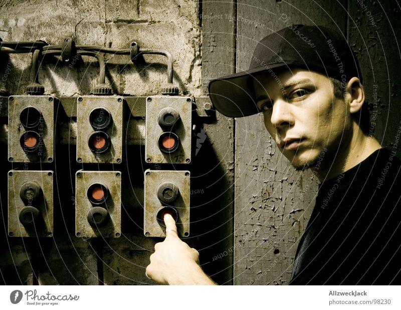Drückeberger Mann alt Einsamkeit dunkel maskulin Finger Energiewirtschaft Elektrizität Macht Technik & Technologie Kabel verfallen Mütze Knöpfe ernst Schalter