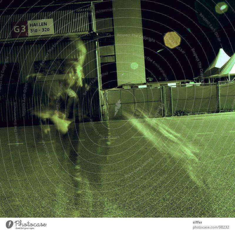 to blear you Mensch Jugendliche grün schwarz Haus gelb dunkel Straße Bewegung Gebäude PKW Lampe dreckig Beton Schweiz Straßenbeleuchtung