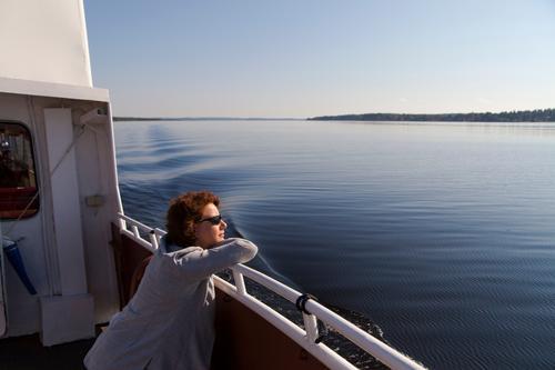rita geniesst den vänern Ferien & Urlaub & Reisen Ausflug Sommer Mensch feminin 1 30-45 Jahre Erwachsene See Binnenschifffahrt Bootsfahrt Erholung genießen