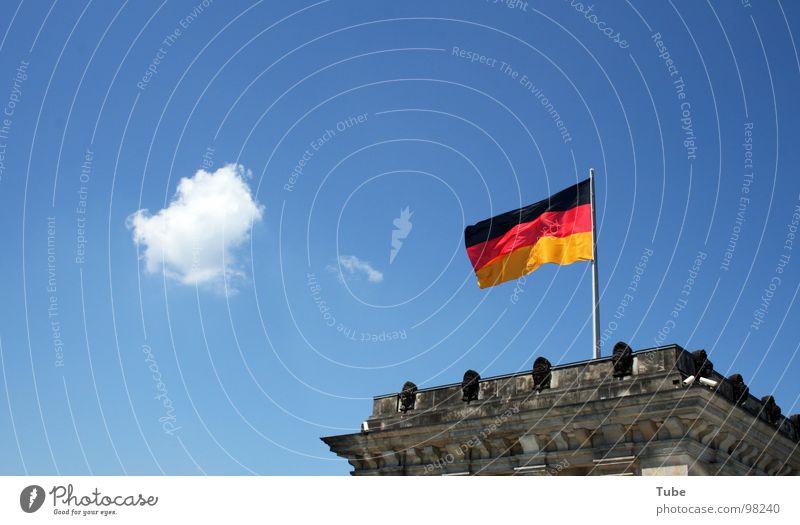 Verpuffung Gebäude grau Regierung Legislative Deutschland Deutscher Bundestag Wolken weiß klein Fahne schwarz rot Deutsche Flagge Regierungssitz Gemäuer Beton