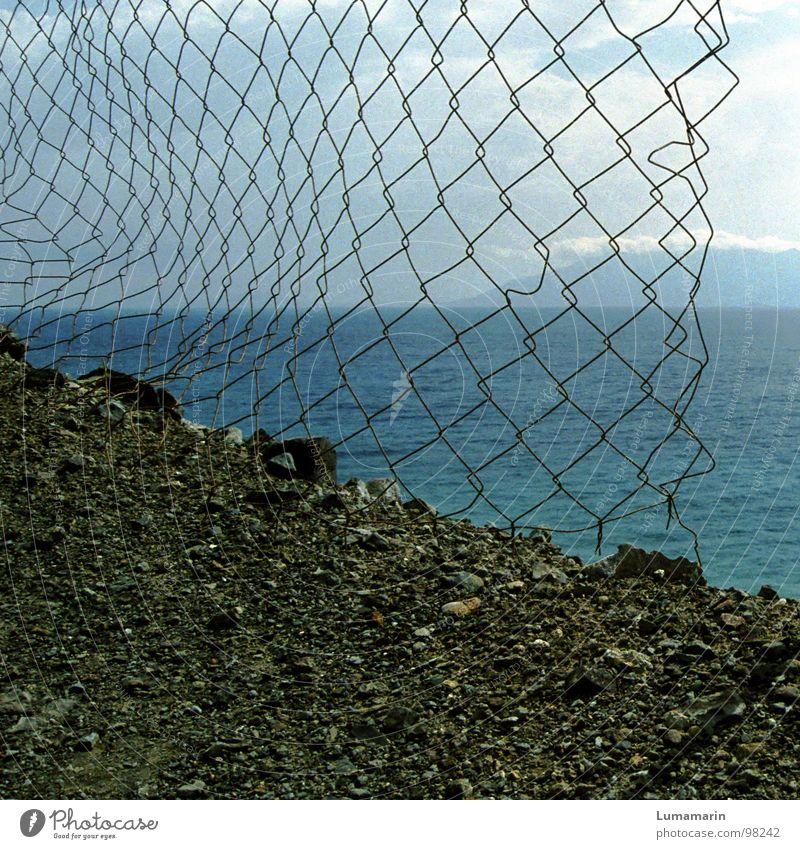 Begrenzungen Grenze Zaun Maschendraht Draht Küste Kies Meer See ruhig Erreichen erreichbar Ferne nah Horizont Wolken Zwischenraum Lücke leer Durchgang Barriere