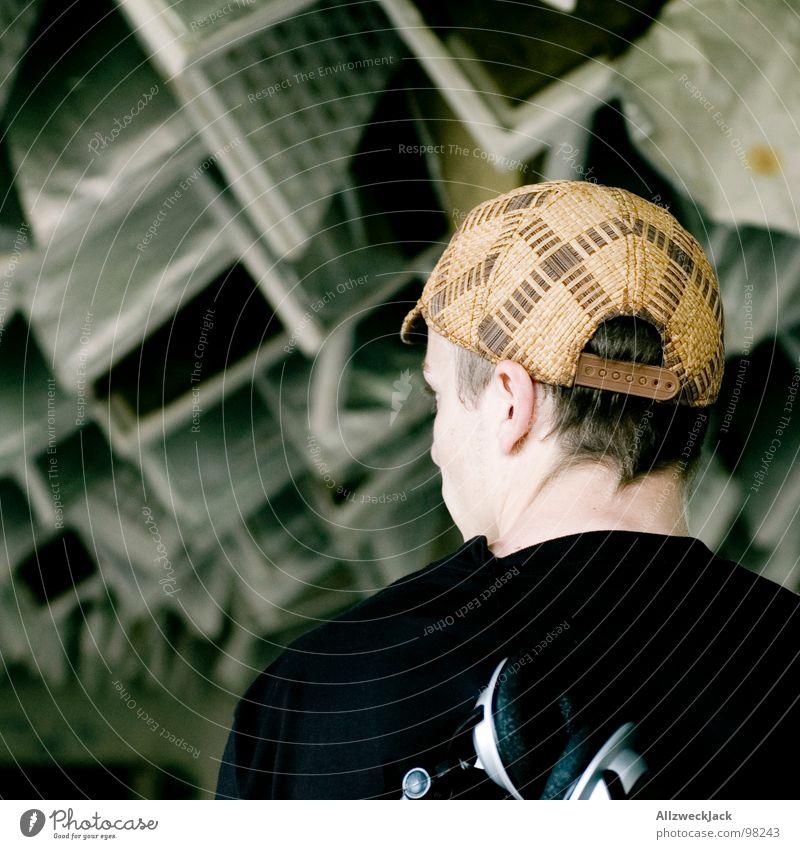 von hinten Mann maskulin Kommunizieren hören Konzert Hut Mütze genießen schäbig drehen Decke Kopfhörer laut Klang Krach Hiphop