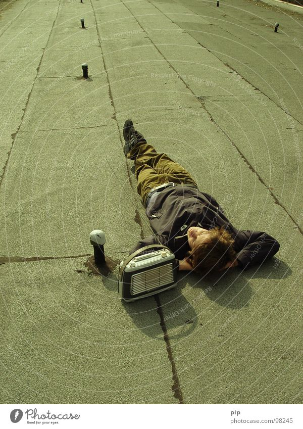 Langwelle Mensch Mann Jugendliche Erholung Musik Linie schlafen Pause Dach liegen Information hören Lautsprecher Typ Langeweile Radio