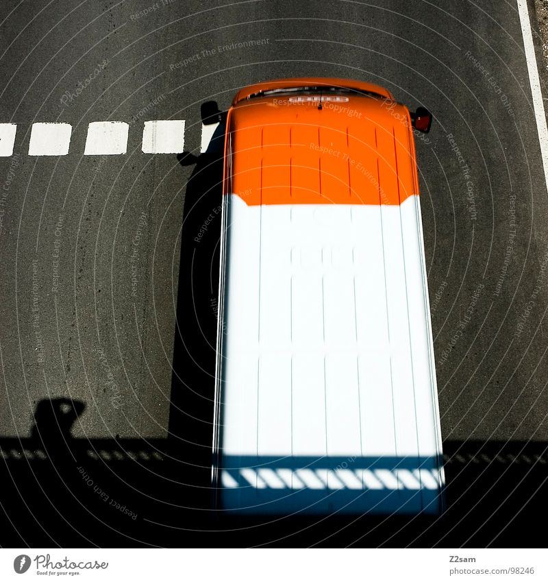 quadratisch graphisch ...? weiß Straße Bewegung PKW Linie orange Schilder & Markierungen Beton Güterverkehr & Logistik einfach gut Punkt Spiegel Quadrat Geländer Fahrzeug
