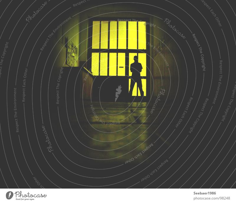 guardian in the dark dunkel Wächter Hauseingang Eingang gelb Reflexion & Spiegelung Schattenspiel Langzeitbelichtung