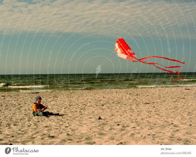 Kevin allein am Strand Hiddensee Kind Meer Wellen Sommer Ostsee Wind Drache Sand