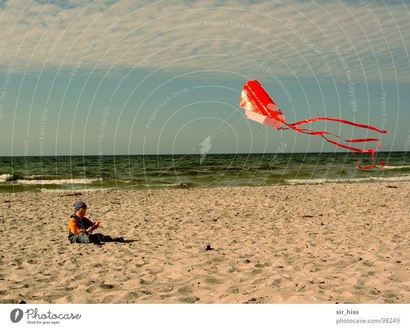 Kevin allein am Strand Kind Meer Sommer Sand Wellen Wind Ostsee Drache Hiddensee