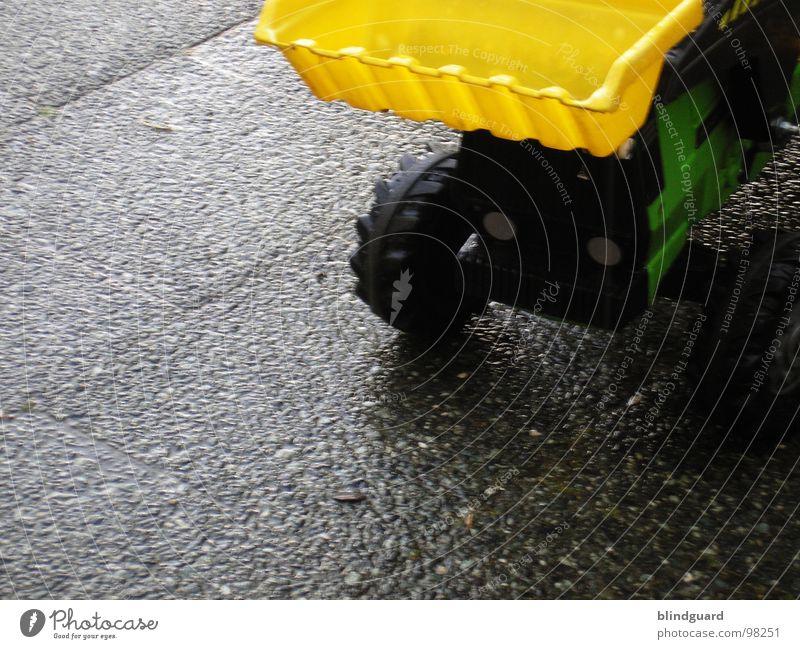 Tregger faahn Traktor Bauernhof Landwirt Wirt Betonplatte grün Schaufel Bagger Lampe schwarz gelb Spielzeug nass Feld Arbeit & Erwerbstätigkeit fahren Verkehr