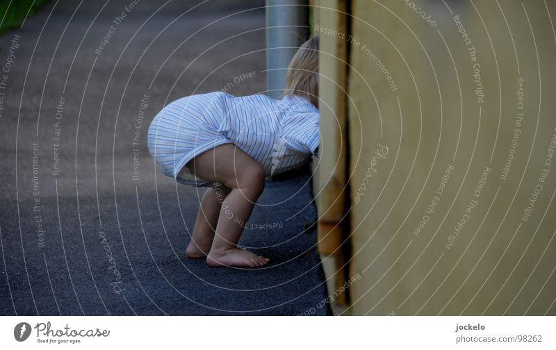 Duck Dich Kind weiß Wand Fenster grau Fuß Beine Baby Asphalt Neugier Bürgersteig Kleinkind Zehen Wege & Pfade Windeln Kellerfenster