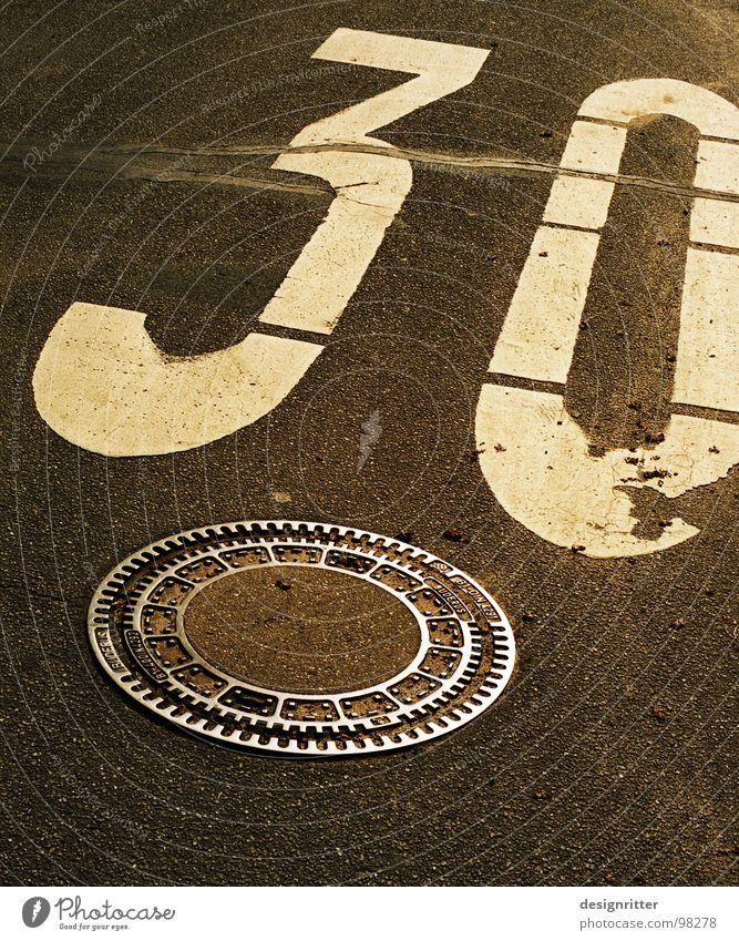 nicht mehr ganz frisch alt Straße Farbe Leben Geschwindigkeit Ziffern & Zahlen Vergänglichkeit Zeichen Grenze Symbole & Metaphern 30 Gully Abfluss Abwasserkanal