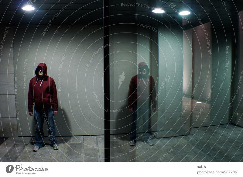 cnfntww maskulin Junger Mann Jugendliche 1 Mensch 18-30 Jahre Erwachsene Stadt Mauer Wand Fenster Jeanshose Kapuzenpullover Glas stehen warten Aggression dunkel