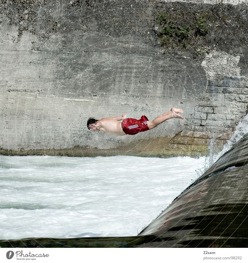 Isar Jumper VI springen Sommer Gischt Gewässer Bayern München Kopfsprung 2 abwärts Wand Mauer gefährlich Sport Wasser blau Niveau oben water Fluss munich