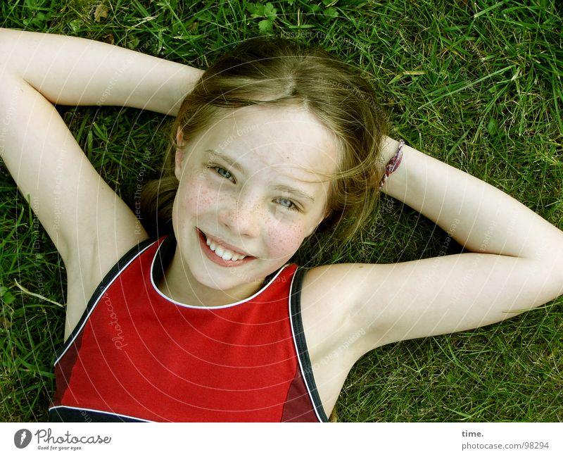 Wenn der Sommer nicht mehr weit ist ... [I] Freude Zufriedenheit Erholung Garten Mädchen 1 Mensch Wiese T-Shirt Armband blond langhaarig beobachten lachen