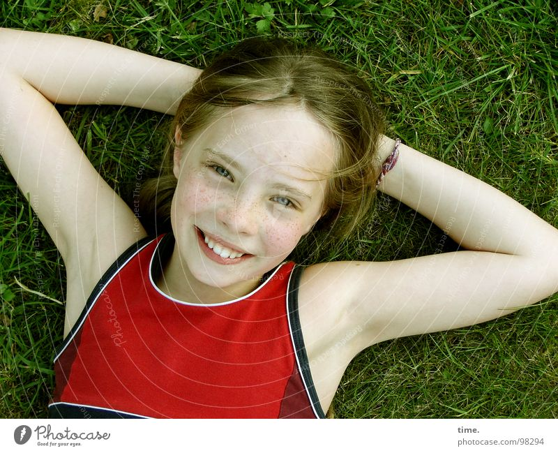 Wenn der Sommer nicht mehr weit ist ... [I] Himmel Mädchen Freude Auge Erholung Wiese Kopf lachen Garten Zufriedenheit blond liegen T-Shirt Vertrauen Kind verschränken