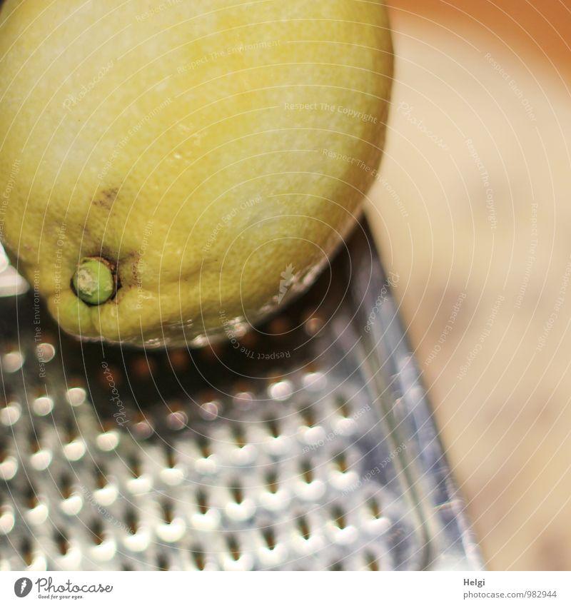 Zitrone reiben... gelb natürlich außergewöhnlich braun Lebensmittel glänzend liegen Frucht authentisch frisch Ernährung einzigartig Wandel & Veränderung Kochen & Garen & Backen Bioprodukte silber