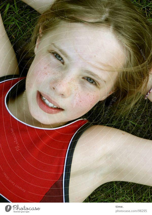 Wenn der Sommer nicht mehr weit ist ... [II] Porträt Freude schön Zufriedenheit Erholung Garten Mädchen Kopf Auge Himmel Wiese T-Shirt blond lachen liegen