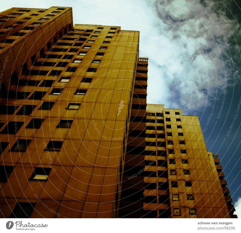 schöner wohnen in der wirklichkeit Haus Fenster Hochhaus Aussicht Balkon Häusliches Leben Himmel groß