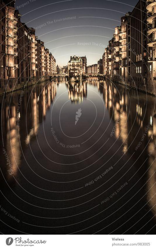 400 Lichter... schwarz Architektur Gebäude leuchten fantastisch Brücke Hamburg Bauwerk Hafen Denkmal Wahrzeichen Sehenswürdigkeit Altstadt Hafenstadt Hafencity