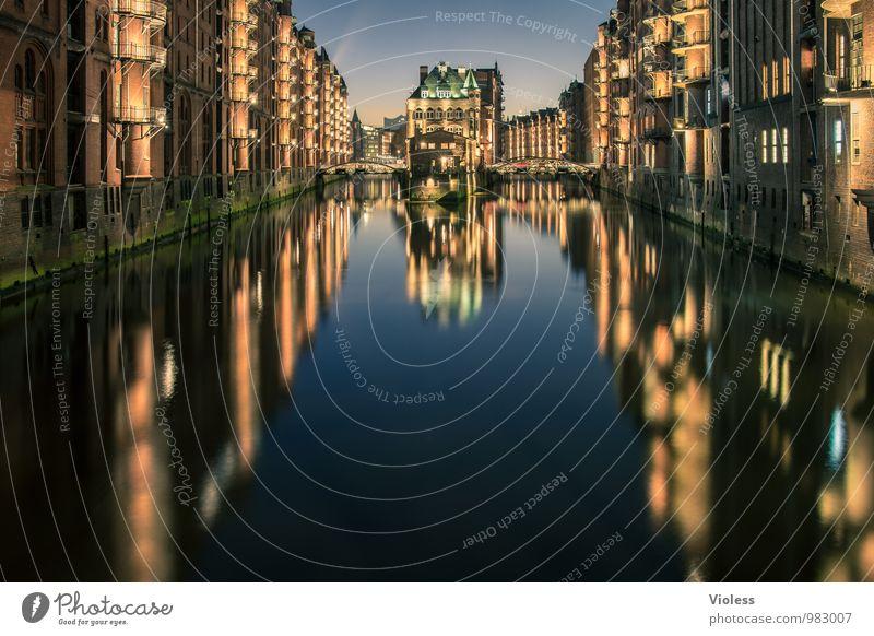 Stille dunkel Architektur Gebäude außergewöhnlich Fassade glänzend leuchten fantastisch Bauwerk Hafen Balkon Denkmal Wahrzeichen Sehenswürdigkeit Altstadt