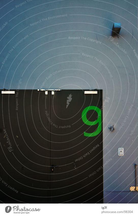 die bedrohung Wand Ziffern & Zahlen grün Panik ohnmächtig unheilbringend Pessimist negativ parallel Außenaufnahme flach Hintergrundbild Lampe Geometrie Rechteck