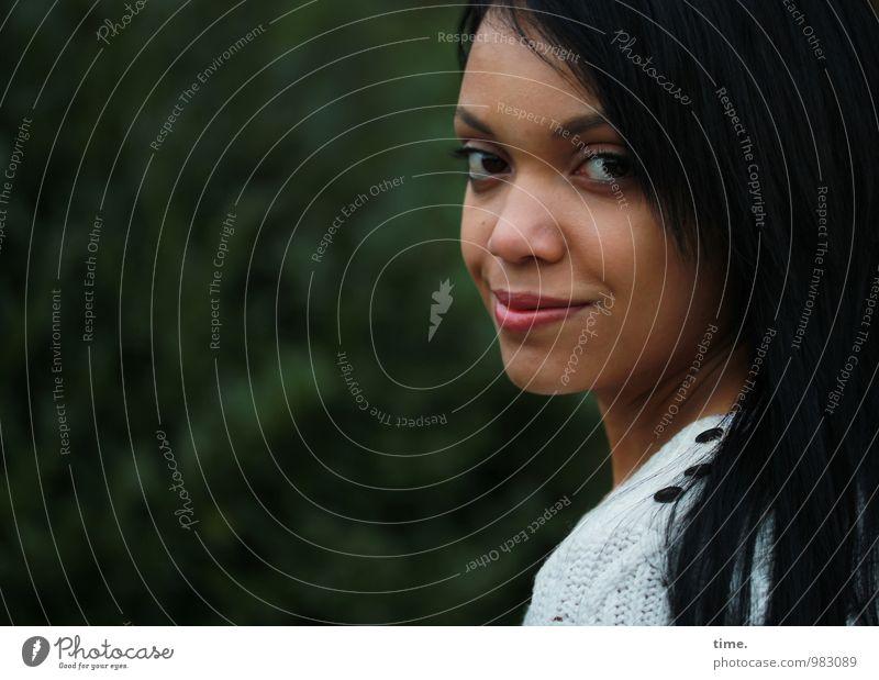 Roxana feminin Junge Frau Jugendliche 1 Mensch Park schwarzhaarig langhaarig beobachten Lächeln Blick warten schön Glück Zufriedenheit Lebensfreude selbstbewußt