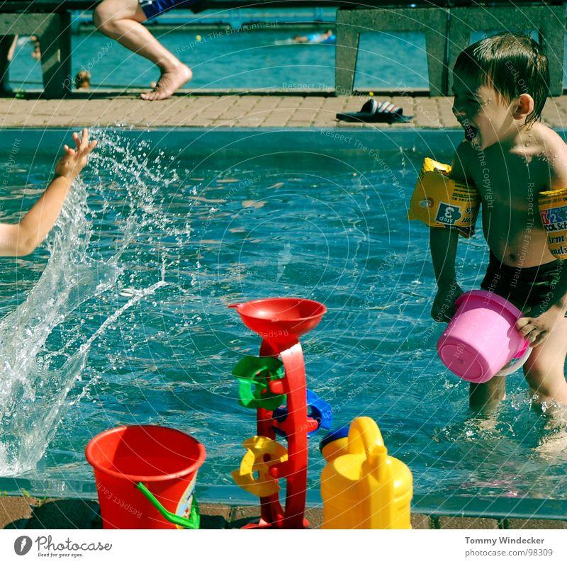 Badespass Kind blau Wasser Ferien & Urlaub & Reisen rot Sommer Strand Freude gelb kalt Wärme Spielen Junge springen Beine Fuß