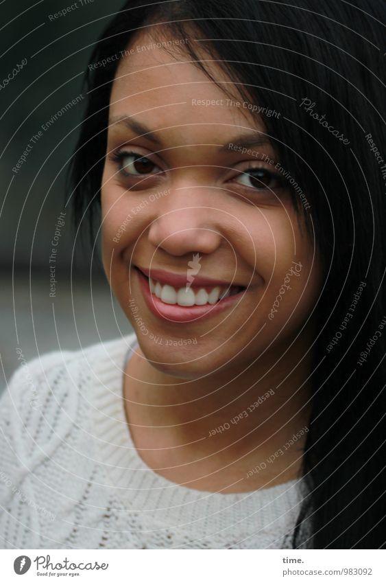 . feminin Junge Frau Jugendliche 1 Mensch Pullover schwarzhaarig langhaarig beobachten Lächeln lachen Blick schön Freude Glück Fröhlichkeit Zufriedenheit